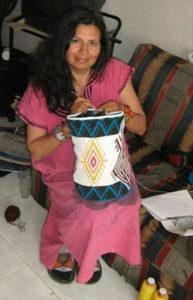 adriana weaving mochilas wayuu